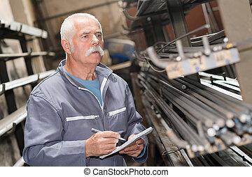 シニア, 労働者, 数える, メタルバー, 中に, 倉庫