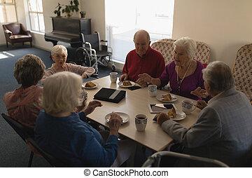 シニア, 友人, 朝食, 持つこと, 光景, グループ, 食事をする, 高く, テーブル, 角度