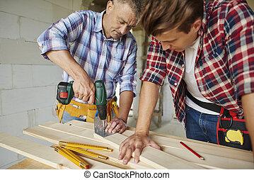シニア, 大工, ある, ボーリングする, 木製の板