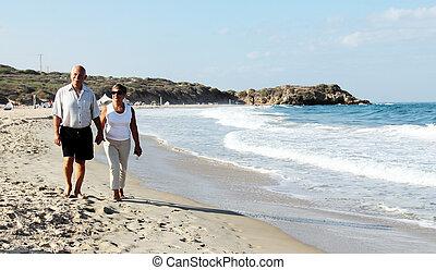 シニア, 歩くこと, 浜, 恋人, 一緒に