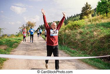 シニア, 終わり, 競争, レース, 人, 交差, nature., 線, ランナー