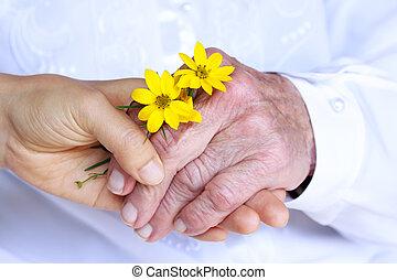 シニア, &, 若い, 女性, 手を持つ