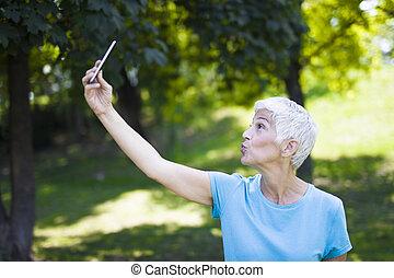 シニア, selfie, 取得, workaout, 公園, 後で, 女