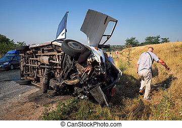 シャトルバス, 回された, 上に, 後で, 衝突, ∥で∥, ∥, 車。, 人々, suffered, 中に, ∥, accident., 危ない, 状態, 上に, ∥, road.