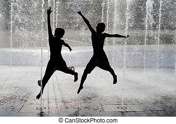 シルエット, の, 子供, 跳躍, 涼しい, 噴水, 水