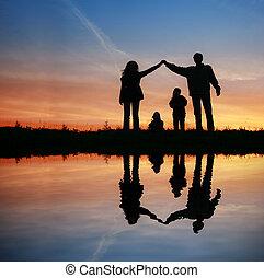 シルエット, 家族, 家, 上に, 日没, 水