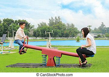 シーソー, 息子, 遊び, park., 母