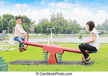 シーソー, park., 遊び, 息子, 母