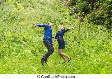 ジャンプ, 楽しみ, 恋人, 屋外