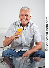 ジュース, オレンジ, 新たに, シニア, 持つこと, 人
