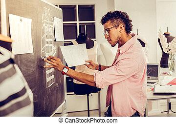 スケッチ, ファッション, blackboard., デザイナー, redrawing, 彼の