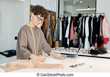 スケッチ, 女性, 仕立屋, 作成, 若い, 新しい, ペーパー, かなり, 衣服