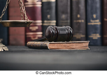 スケール, 正義, concept., 図書館, 木製である, 本, 黒, 裁判官, 法律, 小槌, 背景