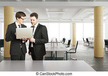 スタイル, 屋根裏, オフィス, ラップトップ, 現代, 見る, ビジネスマン