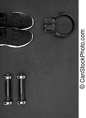 スニーカー, ダンベル, 黒い背景, ヘッドホン