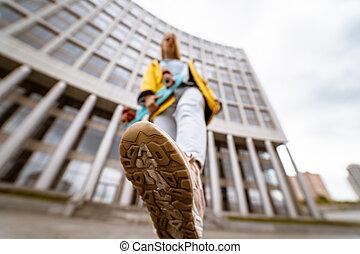 スニーカー, 女, 靴, の上, 若い, 通り, 終わり