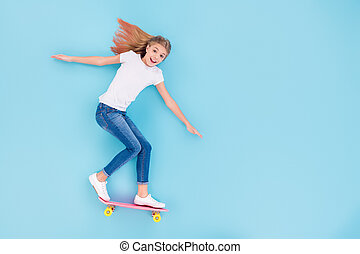 スペース, 上, 角度, スケートボード, 子供, の上, 背景, 光景, 位置, 狂気, 隔離された, 高く, 青, フルである, 女の子, 写真, 興奮させられた, 色, コピー, 精力的, 乗車, 上に, 体