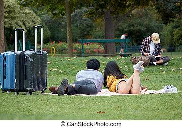 スーツケース, パリ, 恋人, de, うそ, park., 緑, アジア人, 火星, チャンピオン, 草, 観光客, 情事