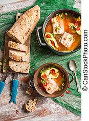 スープ, fish, 新鮮なパン, サービスされた