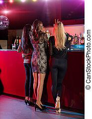 セクシー, 女性, 地位, 背中, カメラに, そして, ポーズを取る, ∥において∥, バー