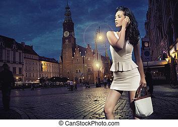 セクシー, 若い, 美しさ, ポーズを取る, 上に, 夜, 都市, 背景