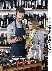 セールスマン, 提示, ワイン, 情報, へ, 顧客, 上に, デジタルタブレット