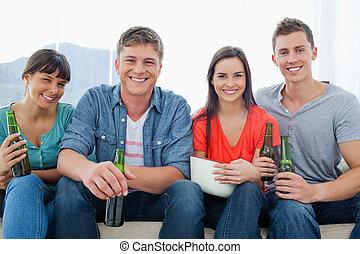 ソファー, 保有物, モデル, 微笑, グループ, ビール, 間