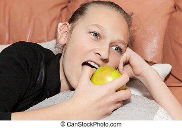 ソファー, 女の子, りんごを食べること, あること