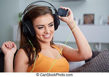 ソファー, 女, かわいい, 聞くこと, 音楽, 微笑, あること, 間