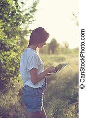 タブレットの pc, 屋外で, 最新流行である, 使うこと, 女の子