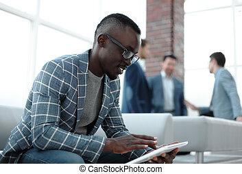 タブレット, デジタル, ビジネスマン, テキスト, 終わり, up.modern, 読む