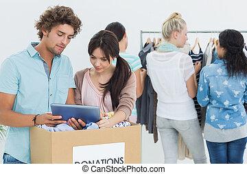 タブレット, 人々, 寄付, 間, デジタル, 使うこと, 衣服