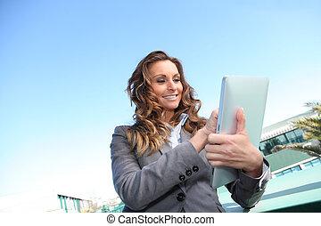 タブレット, 女性実業家, 外, 使うこと, 微笑, 電子