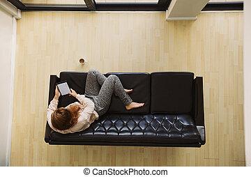 タブレット, 弛緩, 若い, ソファー, デジタル, 使うこと, 女性