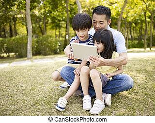 タブレット, 父, アジア人, 屋外で, 使うこと, 子供