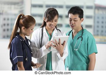 タブレット, 看護婦, チーム, pc., アジア人, 医者の, 使うこと, デジタル