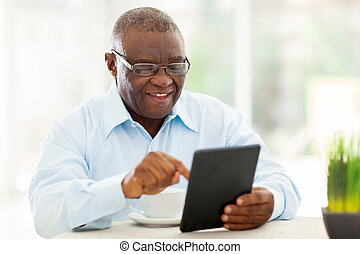 タブレット, african american, コンピュータ, 使うこと, 家, 年長 人
