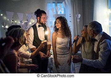 ダンス, 花婿, 若い, 花嫁, 他, ゲスト, 結婚式, レセプション。, 歌うこと