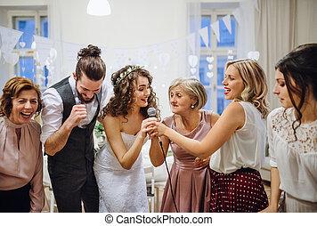 ダンス, 若い, 花嫁, 他, ゲスト, 結婚式, レセプション。, 歌うこと