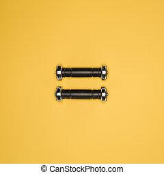 ダンベル, 隔離された, 黄色, 黒い背景, 光沢がある