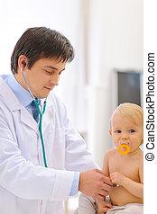 チェックされた, 医者, ある, 聴診器, 小児科医, 赤ん坊, 使うこと