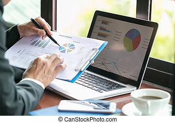 チャート, srat, 指すこと, グラフ, スクリーン, 2, データ, ラップトップ, pc, 金融の成長, ビジネスマン, 上昇, 分析, 論じる, 会社