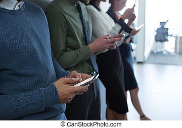 チーム, の, ビジネス 人々, 使うこと, 移動式 電話
