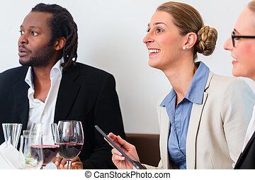 チーム, の, ビジネス 人々, 昼食を食べる
