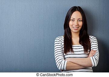 ティーンエージャーの少女, に対して 傾斜, 灰色, 壁