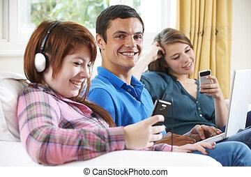 ティーンエージャーの, グループ, 技術, 家, 楽しむ, 友人