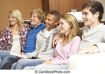 ティーンエージャーの, グループ, 監視 tv, ソファー, モデル, 家, 友人