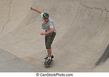 ティーンエージャーの, セメント, パイプ, 半分, 乗馬, skateboarder