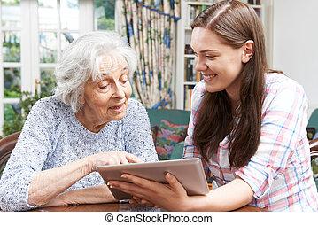ティーンエージャーの, タブレット, 提示, 孫娘, 使用, 祖母, いかに, デジタル