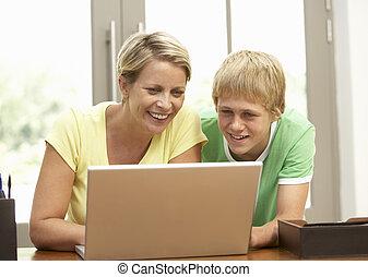 ティーンエージャーの, ラップトップを使用して, 息子, 母, 家